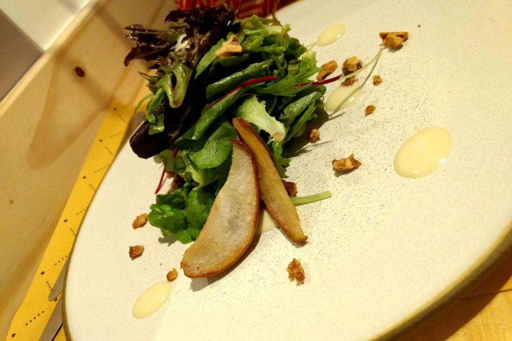 Salada de Pera assada com mel, mousse de gorgonzola e nozes caramelizadas do Restaurante Ino